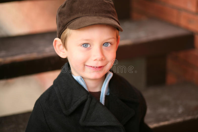 男孩一点学龄前微笑 免版税图库摄影