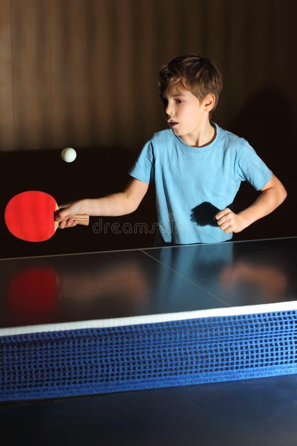 男孩一点演奏pong的砰 库存图片