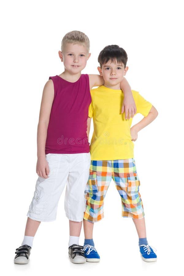 年轻男孩一起站立 库存图片