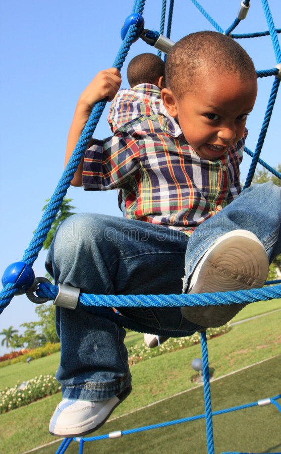 男孩上升的绳索 免版税库存图片