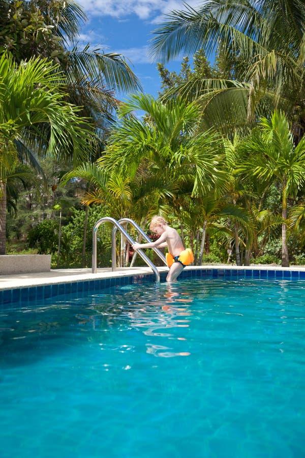 男孩下来去夹克生活台阶游泳 免版税库存图片