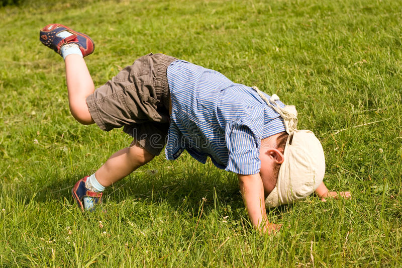 男孩下来跌倒公园 库存照片
