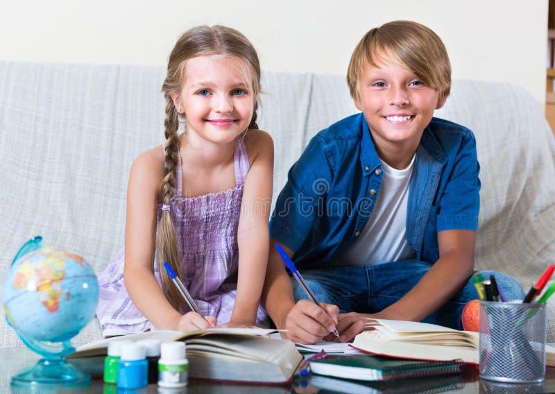 男孩与妹的文字家庭作业 库存照片