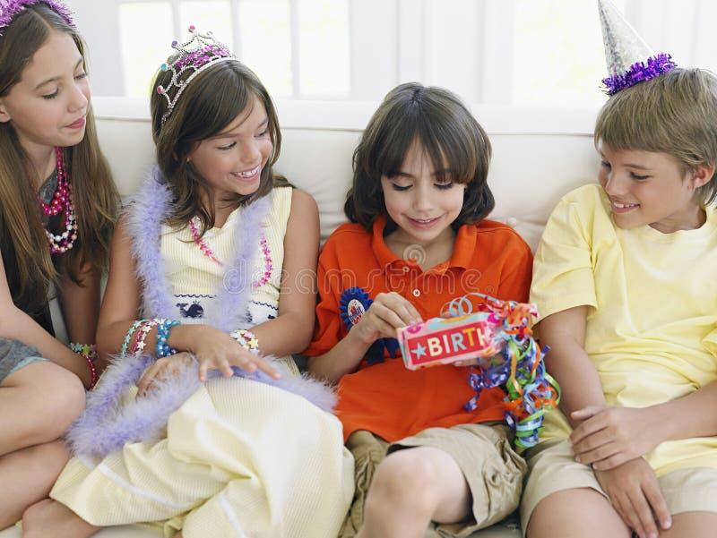 男孩与客人的开头礼物党的 免版税库存图片