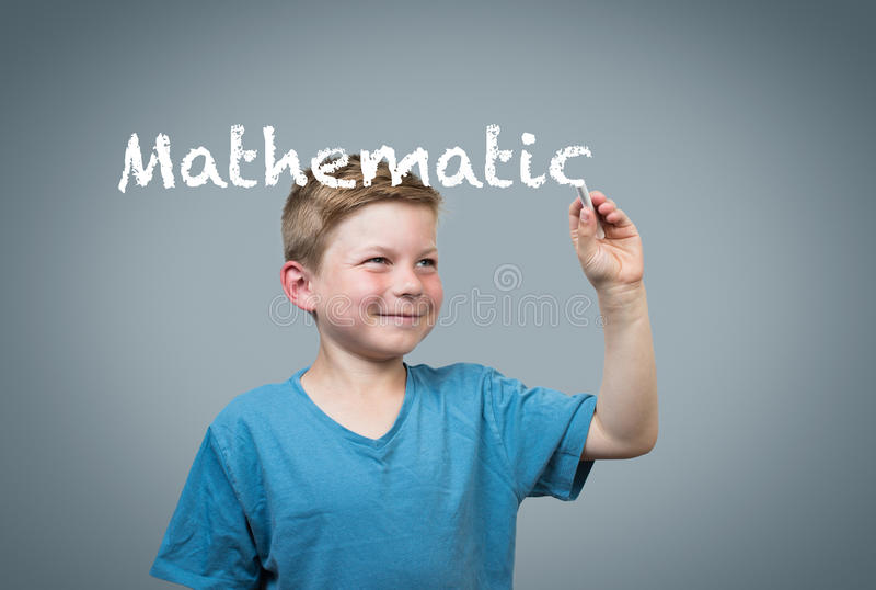男孩与白垩的文字数学 免版税库存照片