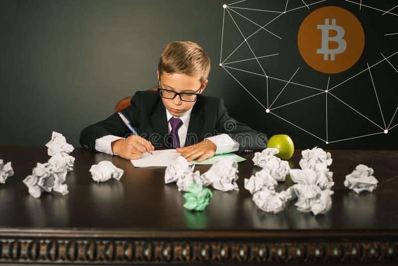 男孩与bitcoin cryptocurrency的成功收入金钱 免版税库存照片