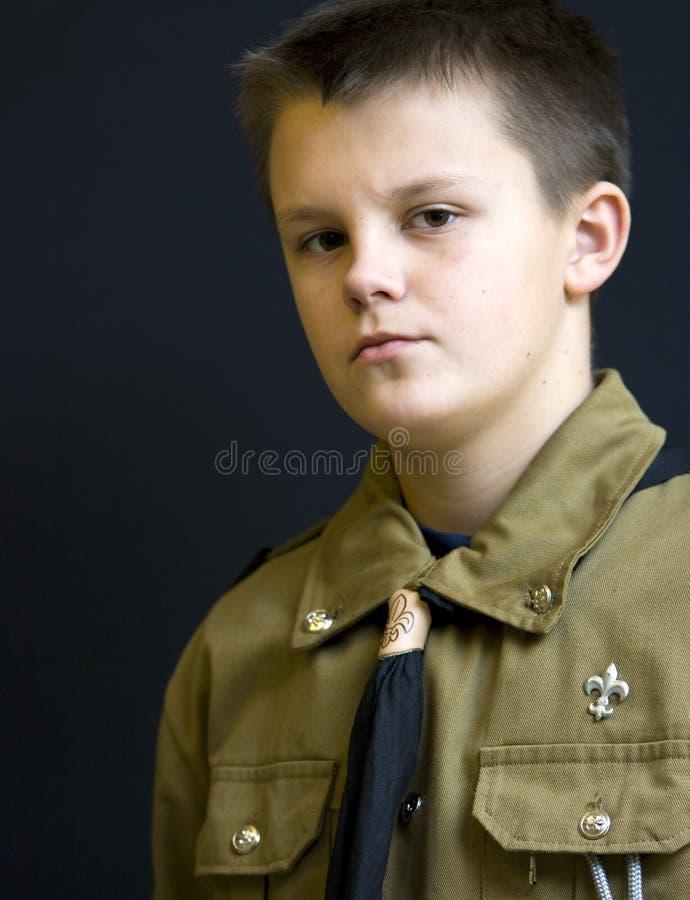男孩严重纵向的侦察员 库存图片