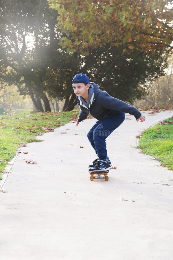 Download 男孩乘坐滑板 库存图片. 图片 包括有 生活方式, 男朋友, 跟踪, 青年时期, 子项, 体育运动, 童年 - 62538341