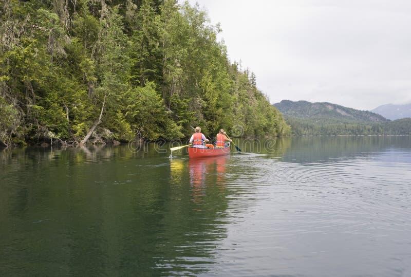男孩乘独木舟的女孩 免版税库存照片