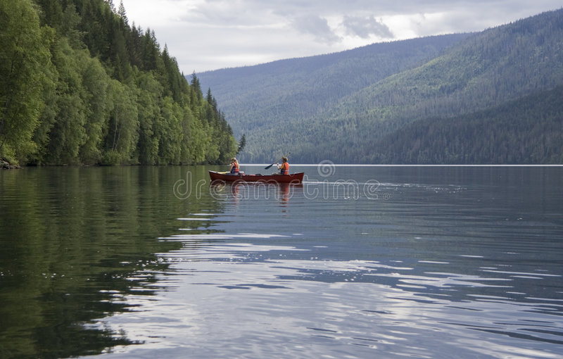 男孩乘独木舟的女孩 库存图片