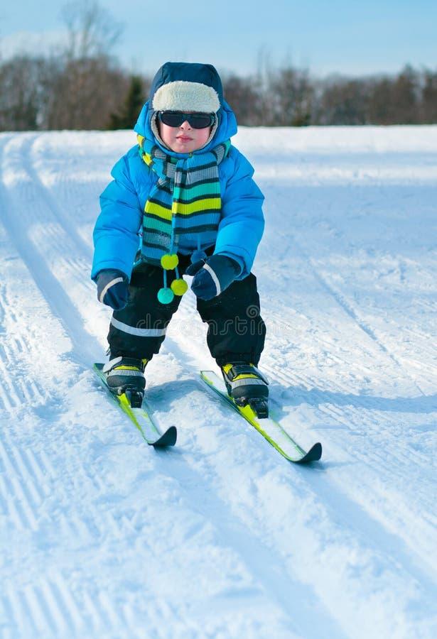 男孩交叉逗人喜爱的一点滑雪 库存照片