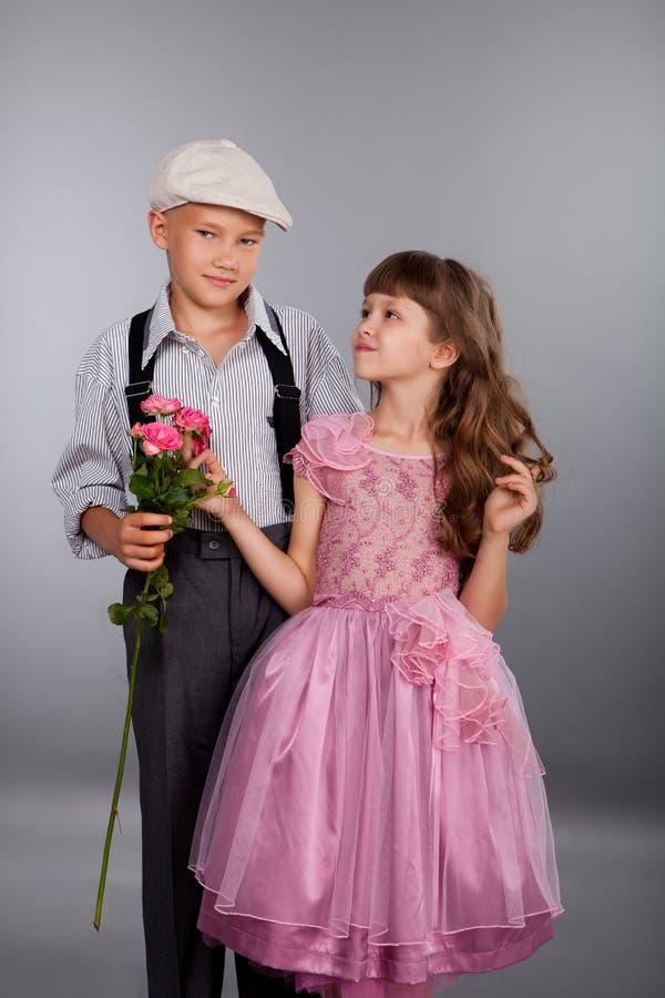 男孩产生一朵花女孩 库存图片
