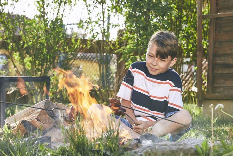 男孩享受营火 库存图片