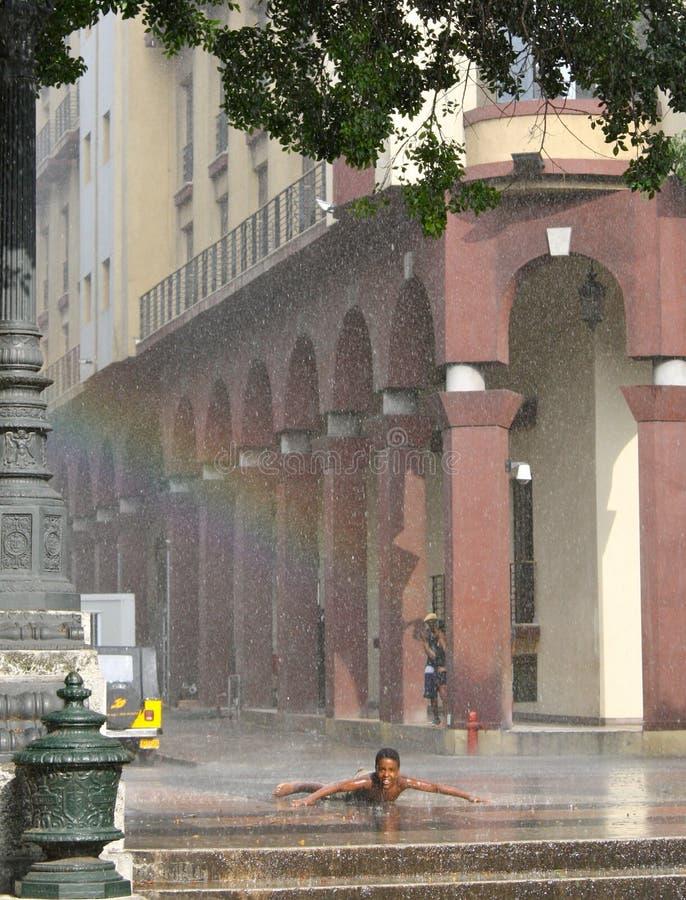 男孩享用哈瓦那年轻人的古巴暴雨 免版税库存照片
