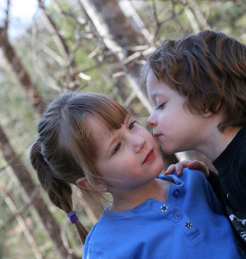 男孩他亲吻的姐妹 免版税图库摄影