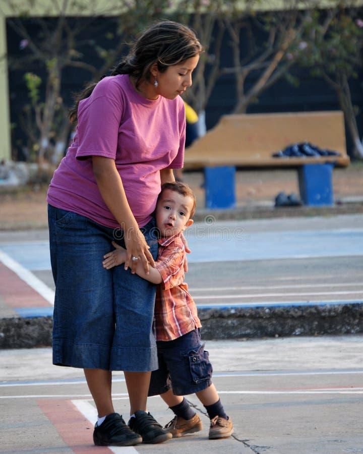 男孩他拥抱的小母亲 免版税库存图片
