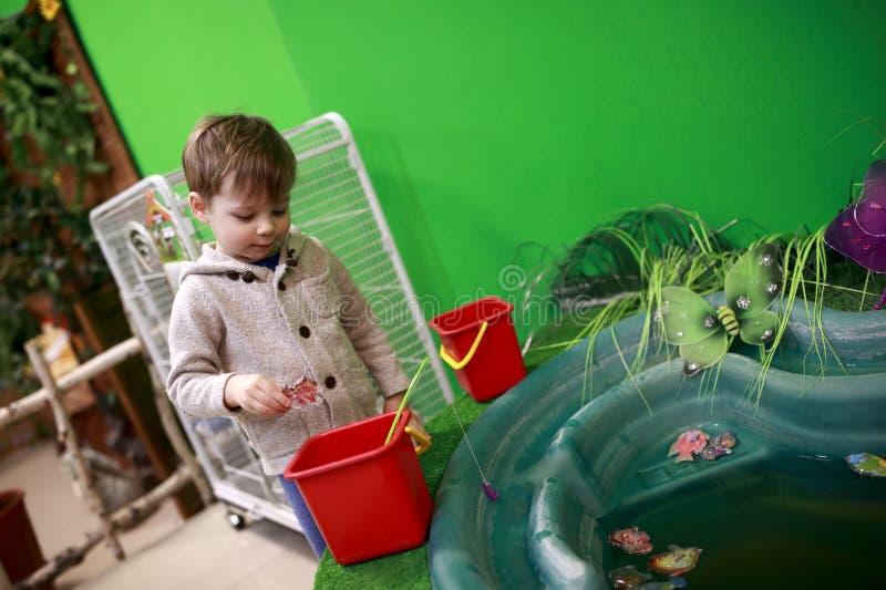 男孩传染性的玩具鱼 免版税库存图片