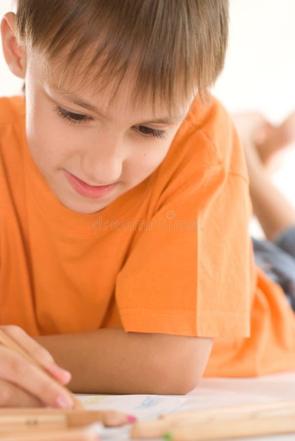 男孩位于和凹道 免版税库存图片