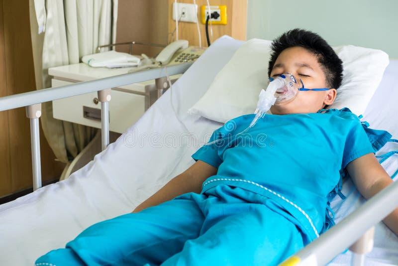 男孩佩带的氧气面罩 库存图片