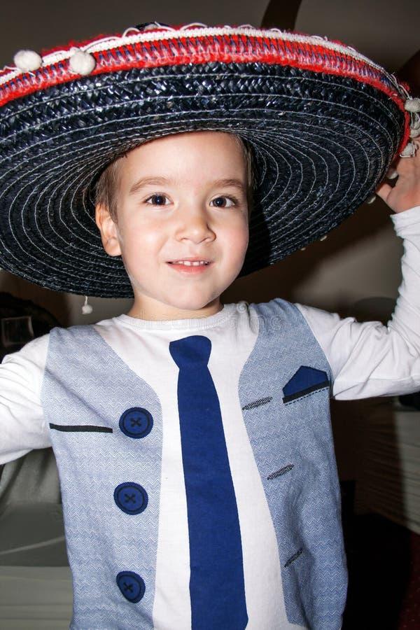 年轻男孩佩带的阔边帽,传统墨西哥帽 免版税库存照片