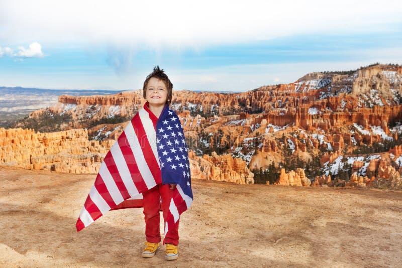 男孩佩带美国旗子,庆祝7月4日 免版税库存照片
