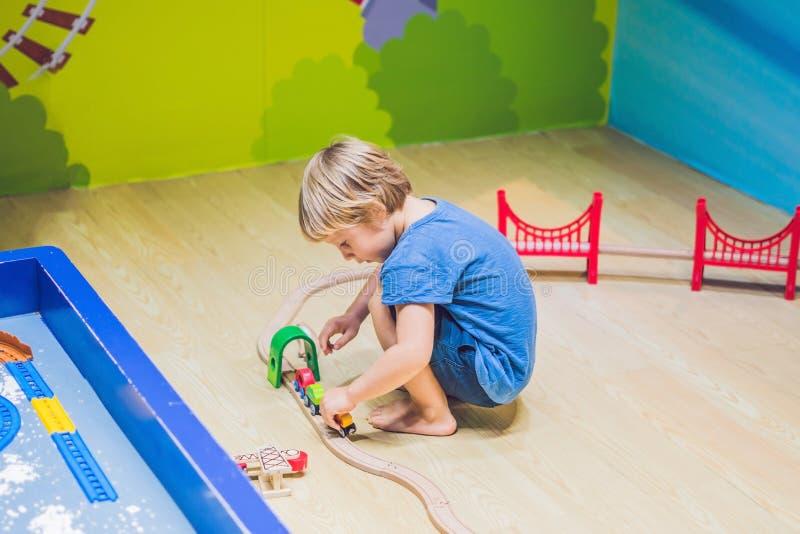 男孩使用与玩具铁路 免版税库存图片