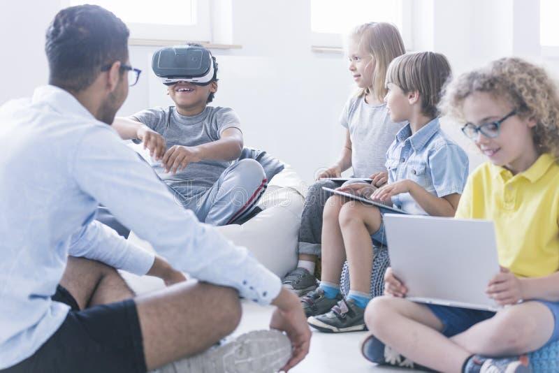 男孩使用VR玻璃 免版税图库摄影