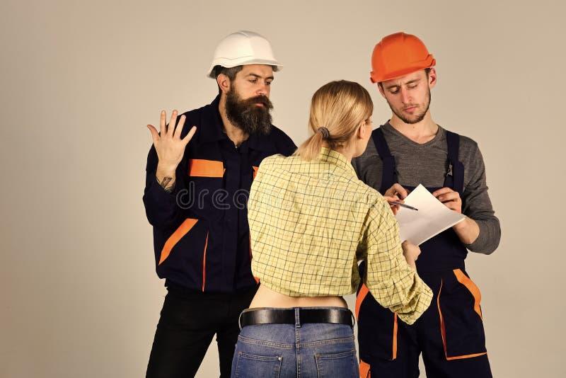 男孩供给动力 问题面孔男孩 误解概念 工作者,在盔甲的建造者,修理匠,夫人旅团  免版税库存图片
