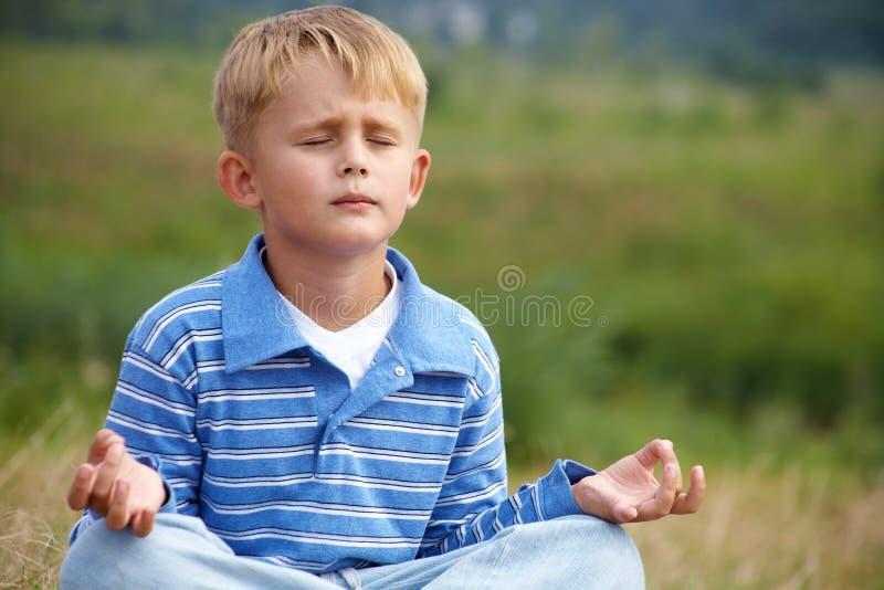 男孩信奉瑜伽者 库存图片