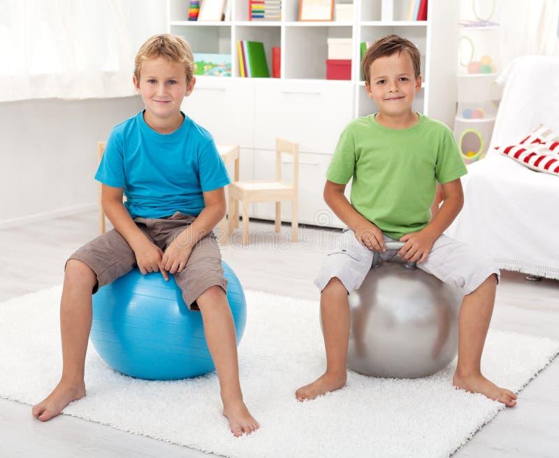 男孩健康使用的空间他们二 免版税库存照片