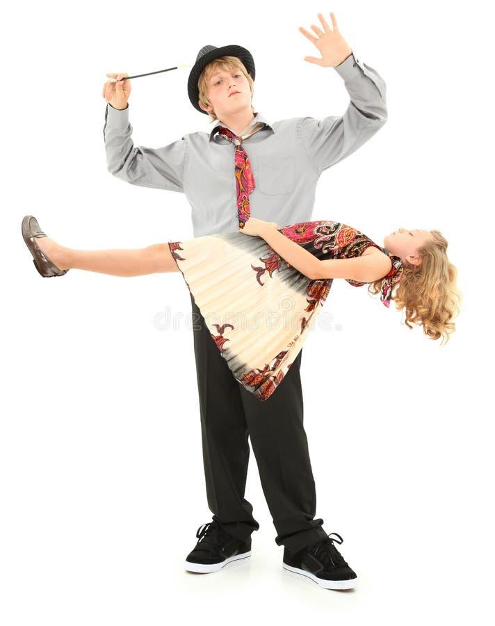 男孩儿童女孩升空魔术显示 免版税图库摄影