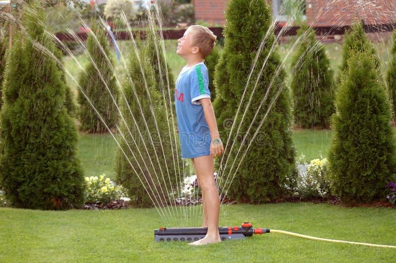男孩儿童庭院sprinkler1 库存图片