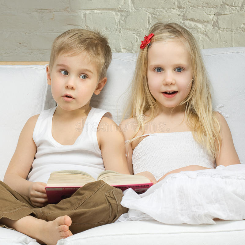 男孩儿童逗人喜爱的女孩惊奇 免版税库存照片