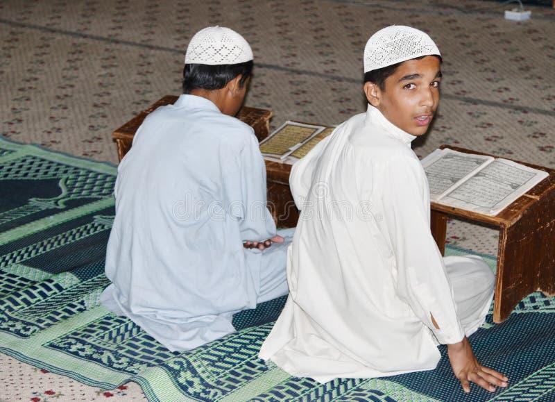 男孩卡拉奇koran巴基斯坦研究 图库摄影