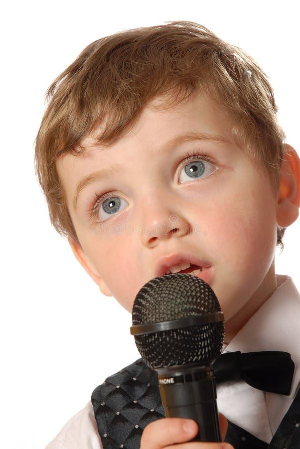男孩卡拉OK演唱 库存照片