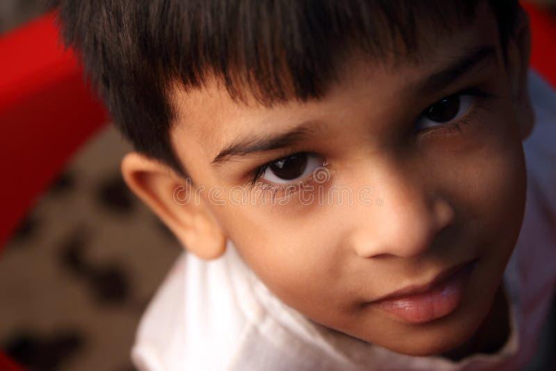 男孩印第安一点纵向微笑 库存照片