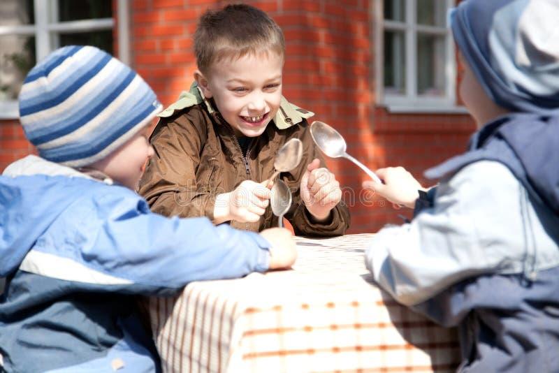 男孩去吃在他们三之外的午餐 免版税库存照片
