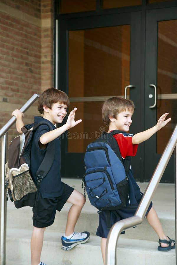 男孩去的学校 免版税库存照片