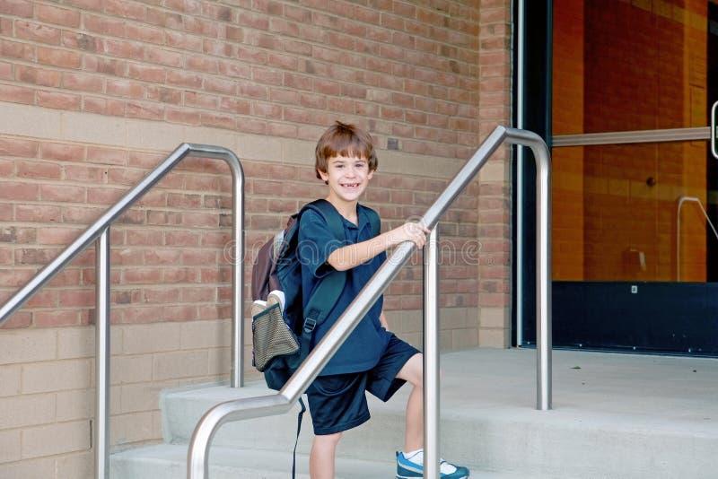 男孩去的学校 图库摄影