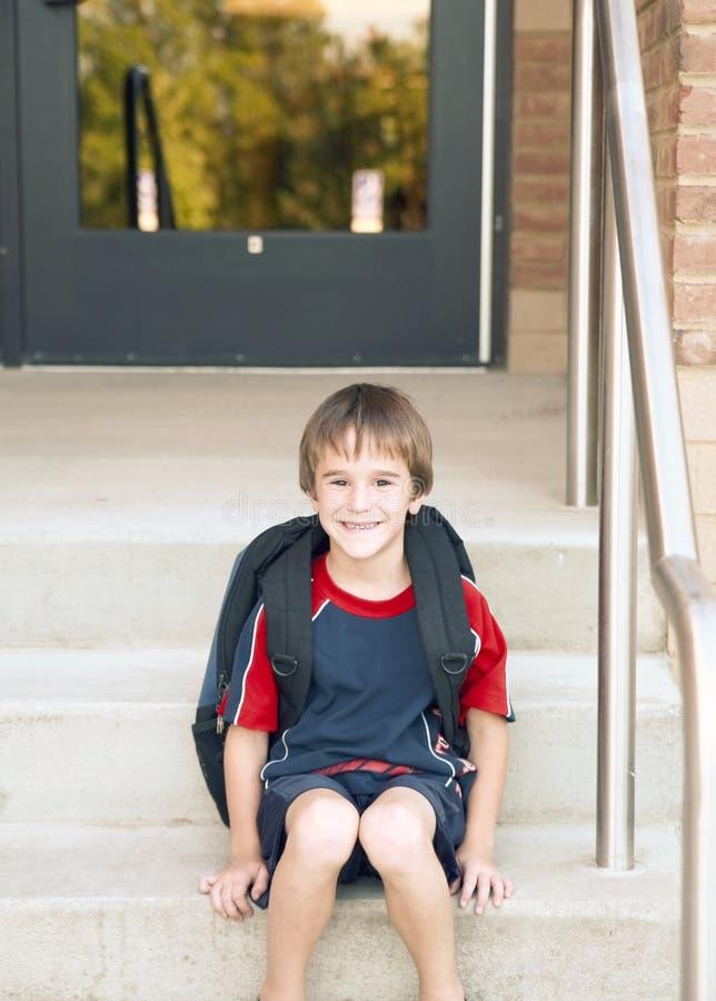 男孩去的学校 免版税库存图片