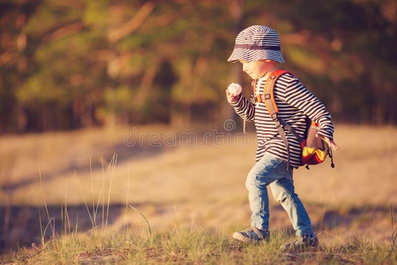 男孩去的野营与背包本质上 免版税图库摄影