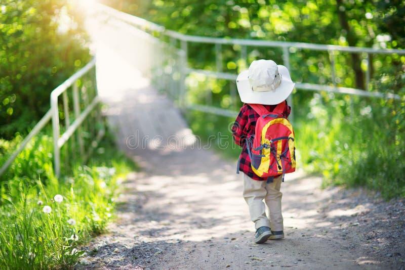 男孩去的野营与背包本质上 图库摄影
