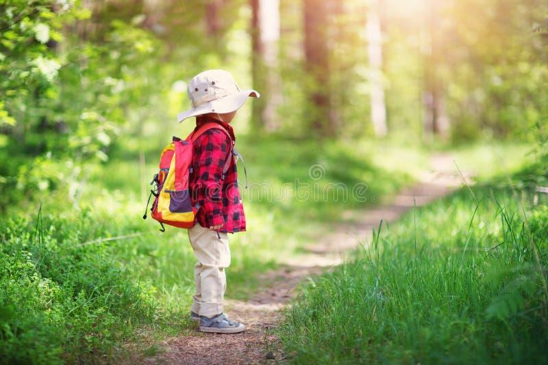 男孩去的野营与背包本质上 免版税库存照片