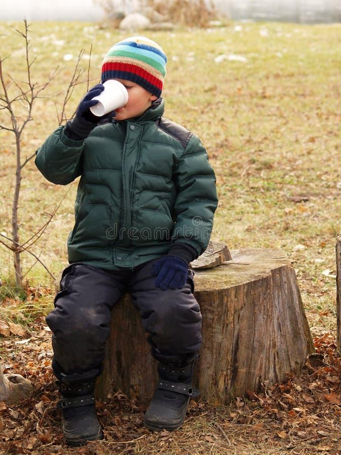 男孩可可粉喝 免版税库存照片