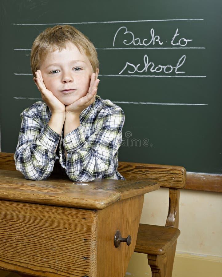 男孩可爱的纵向学校 免版税库存照片