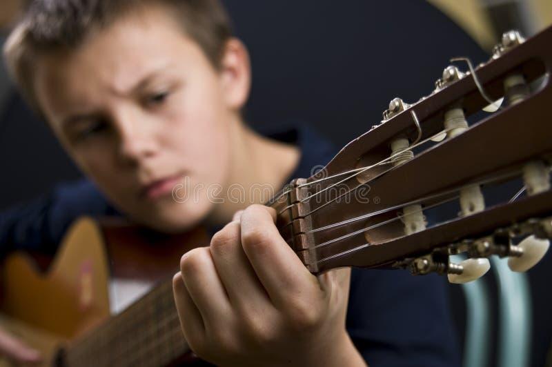 男孩吉他使用 图库摄影