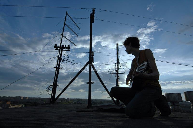 男孩吉他照片屋顶 免版税库存图片