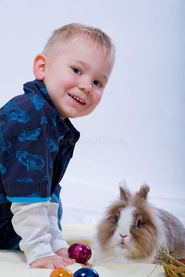 男孩和东部兔子 库存照片