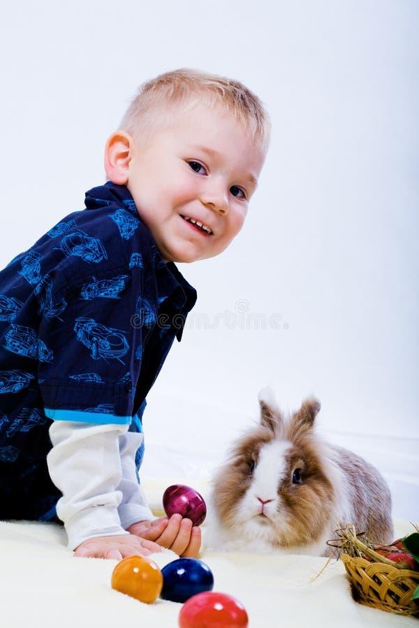 男孩和东部兔子 免版税库存照片