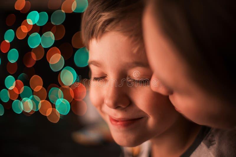 男孩和他的母亲 免版税库存图片